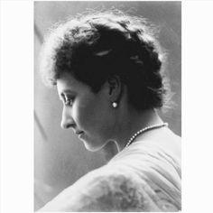 Princess Louise Marchioness of Lorne por Hayman Selig Mendelssohn (1847-1908) em May de 1887. . . Princesa Louise perfil esquerdo. Ela olha para baixo. Única linha de pérolas; brincos. . . Princess Louise Caroline Alberta (Princesa Luisa Carolina Alberta) Princesa do Reino Unido e Duquesa de Argyll . . Louise acabou se apaixonando por John Campbell Marquês de Lorne e herdeiro do Ducado de Argyll apesar de oposições dentro de sua própria família; Victoria acabou por permitir o casamento que…