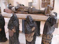 Pleurants portant l'effigie de Philippe Pot, grand Sénéchal de Bourgogne, Sculpture au Louvre, dernier quart du XVe siècl