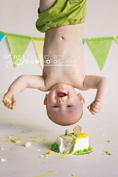 one year old cake smash einjähriger kuchen zerschlagen 1st Birthday Photoshoot, Baby 1st Birthday, First Birthday Cakes, Happy Birthday, One Year Birthday, 1st Year, Birthday Gifts, Cake Smash Photography, Birthday Photography