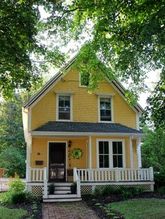 Such a sweet little yellow cottage :-) Yellow House Exterior, House Paint Exterior, Exterior Design, Cottage Homes, Cottage Style, Cozy Cottage, Yellow Cottage, Yellow Houses, Cute House