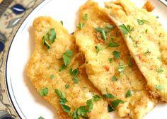 I filetti di platessa al limone si cucinano infarinando il pesce che verrà poi dorato in padella molto velocemente per mantenere inalterate le proprietà dei filetti. Ecco come preparare un delizioso piatto di filetti di platessa al limone.