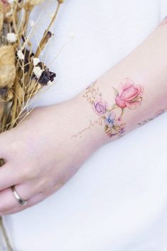33 Delicate Wrist Tattoos For Your Upcoming Ink Session : Tatuajes Lindos Meaningful Wrist Tattoos, Cute Tattoos On Wrist, Flower Wrist Tattoos, Wrist Tattoos For Women, Word Tattoos, Tattoos For Women Small, New Tattoos, Small Tattoos, Tattoos For Guys