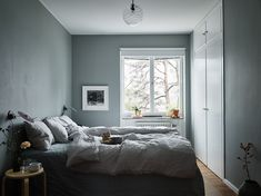 Grey bedroom with hint of green Green Interior Design, Home Interior, Luxury Duvet Covers, Luxury Bedding, Bedroom Green, Bedroom Decor, Gravity Home, Scandinavian Apartment, House Ideas