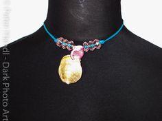 Muschelanhänger auf blauem Lederband mit rosa Baumwollbändchen und rosa/durchscheinenden Perlen verschönert. Auch dieser Anhänger stammt original von einem australischen Strand, hat also eine lange Reise mit viel Geschichte hinter sich!