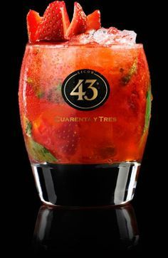 Licor 43 Strawberry-Crush 50 ml of Licor 43 20 ml vodka (Russian Standard) 15 ml lime juice 8 basil leaves 10 ml white balsamic vinegar 3 to 4 strawberries Sangria Cocktail, Summer Cocktails, Cocktail Recipes, Strawberry Crush, Strawberry Vodka, Smoothie Drinks, Smoothies, Bar Drinks, Alcoholic Drinks