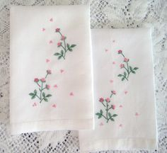 2 Vintage Fingertip Towels White Linen door LaPetiteVintageShop