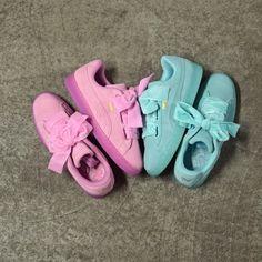 PUMA Suede Heart Reset Pink & Blue . Disponible/Available: SNKRS . Un superbe duo de PUMA Suede Heart en daim avec le Prism Pink et l'Aruba Blue. Deux paires de lacets accompagnent les sneakers dont une version en velours (présentée sur l'image).