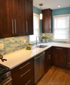 medium brown cabinets with white quartz countertop Teal Kitchen Walls, Backsplash With Dark Cabinets, Countertop Design, Kitchen Remodel, New Kitchen, Kitchen Redo, Home Kitchens, Kitchen Renovation, Outdoor Kitchen Countertops