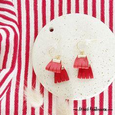 De jolis pompons en cuir pour apporter une touche de couleur à vos oreilles.Cuir aux deux tons de rouge.Fermoir et chaîne en laiton doré à l'or fin, le stoppeur à l'arrière est en …