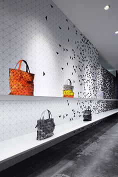 Bao Bao Issey Miyake - Interactive interior facade at Issey Miyake Shinjuku by Moment Design, Tokyo visual merchandising store design Visual Display, Display Design, Wall Design, Issey Miyake, Design Studio, Home Design, Design Design, Visual Merchandising, Creative Shop