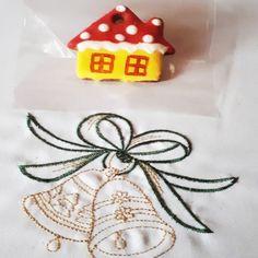Egyedi, kézzel festett mézeskalács házikó karácsonyfadísz.      Unique hand painted gingerbread Christmas tree decoration. House.