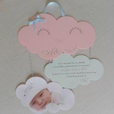 Faire part de naissance ou de baptême personnalisable - Mobile nuages Composé de 3 nuages : - Un grand nuage souriant avec un petit noeud dans le coloris de votre choix le prénom et la date de naissance de lenfant suivent les courbes du nuage - Un petit nuage avec votre texte Text Cloud, Baby Birthday Card, Diy And Crafts, Crafts For Kids, Teddy Bear Baby Shower, Cloud Mobile, Baby Cards, Cardmaking, Creations