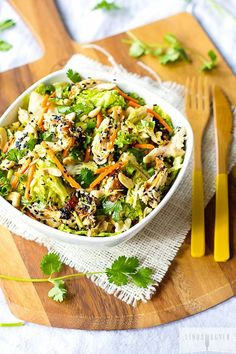 Easy Healthy Salad Recipes - Chinese Chicken Salad - Healthy Meals on a Budget Easy Paleo Dinner Recipes, Healthy Salad Recipes, Clean Eating Recipes, Paleo Recipes, Cooking Recipes, Healthy Meals, Paleo Food, Healthy Drinks, Paleo Chicken Salad
