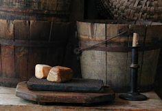 Great boards, buckets with soap and a hogscraper candlestick. Prim Decor, Country Decor, Primitive Decor, Primitive Kitchen, Country Homes, Farmhouse Decor, Pie Safe, Primitive Gatherings, Country Primitive