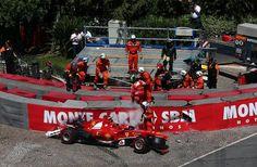 f1 Triste foto de la Ferrari F138 de Felipe Massa, a quien vemos subiendo a la tarima, después de sufrir un grave accidente en la entrada a Sainte Dévote, idéntico al sufrido el Sábado en la Práctica Libre 3