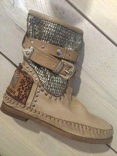 Karma of Charme, beige boot
