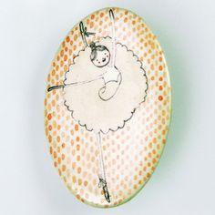 Bailarina 2. Ballerina 2.  Broche de pasta cerámica con papel, diseñado, dibujado y pintado a mano. Medidas aproximadas: 6,2x4,6cm. Muy resistente a golpes y caídas.    Brooch made of ceramic paste with paper, designed, drawn and painted handmade. Approximate size: 2'44x1'81 inches. Very resistent to damage due to bumps and falls.