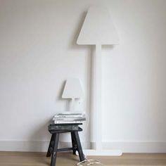 Een wandlamp in de vorm van een stalamp of tafellamp in silhouet uitvoering! De lampen kunnen tegen de wand leunen waardoor ze overal in de ruimte te plaatsen zijn en door hun platte vorm nemen ze weinig ruimte in beslag! Voor extra zekerheid kunnen ze d.m.v. schroeven aan de wand bevestigd worden. Stylingtip; door de achterkant van de lamp een felle kleur te geven, krijg je een bijzondere gloed op de wand. Afmeting: staLAMP 165x51x8cm €119,00 tafelLAMP 40x27x7cm €79,00 Materiaal: gespoten…
