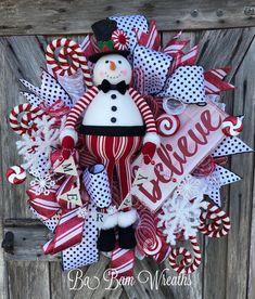 Awesome Red Christmas Decor Ideas 19 home Christmas Door Hangings, Christmas Mesh Wreaths, Christmas Swags, Outdoor Christmas Decorations, Christmas Crafts, Christmas Ideas, Christmas Mood, Christmas Snowman, Black Christmas