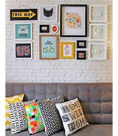 Paredes de quadrinhos sou completamente apaixonada! ⛲ Lindas e cheias de charme! ❤ Foto: Reprodução/ Pinterest.  #HomeDesign  #HomeDecor #DecorandoMinhaCasa #DecorandoAcasa #Decoração  #Inspiração #MeuApartamento #Meuapê #ApPequeno #InteriorDesign #ApartamentoPequeno #Design #Apartamento #MeuMiniApartamento #MiniApartamento #Kitnet #Kitinete