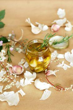Aceites aromáticos gourmet hechos fácil y económicamente en casa. Imagen perteneciente a un cálido e intimista blog, Can Colette, donde podéis averiguar cómo hacer ajos confitados en aceite. Aceite…