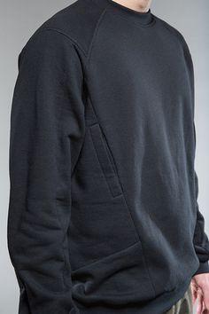 Techwear sweatshirt with hidden side pocket Mode Masculine, Urban Fashion, Men's Fashion, Fashion Design, Fashion Trends, Inspiration Mode, Mens Activewear, Future Fashion, Mode Style