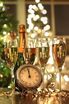 2017 New Year's Eve Decorating Ideas - Everyone roughly has a soft spot for the last three months of the year because they are full of holidays and fun times. - new_year_christmas_glasses_champagne . Happy New Year 2016, New Years 2016, Dec 2016, New Year's Eve Celebrations, New Year Celebration, Photos Nouvel An, Cecilia Dale, Top Image, Christmas Glasses