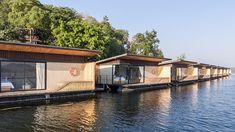 いかだの原理を活用したホテル。湖、森、陽の光などの自然を、部屋を離れることなく満喫できます。 Oslo, Tulum, Villas, Bangkok, Hotel World, Country Life, Boat, Mansions, Landscape