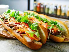 ベトナムはフランスの植民地となっていた為にフランスの食文化とベトナムの食文化が融合し出来上がったのがこのサンドイッチ バインミーです。 バインミーはレバーのパテ、人参と大根の甘酢漬け、豚肉、パクチー(コリアンダー)を米粉入りのフランスパンで挟んだものです。 そして味付けにはニョクマム(魚醤)を使いベトナムらしいテイストになっています。 このバインミー、パリでもよく食べられていてフランスのサンドイッチにはないオリエンタルな味でパリジャンを魅了しています。