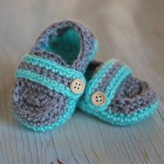 Make these adorable shoes with this free crochet pattern and full video tutorial!