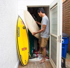 サーフボードが計8枚! パッとサーフィンに行けるように、庭からアクセスできる倉庫に収納されている。
