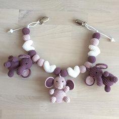 Barnevognskæde til en kommende verdensborger❤️ #hækle #hæklet #hækling #crochet #crocheting #crochetaddict #virka #virkning #amigurumi #tingtilbaby #luksusbaby #babyshower #babystuff #barnevognspynt #barnevognskæde #barnevognsophæng #hækletbarnevognspynt #hækletbarnevognskæde #hækletbarnevognsophæng #babyelefantenella