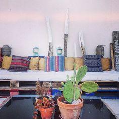 Coin terrasse bohème : on adore l'association des coussins ! La bonne idée : créer une banquette avec des palettes recyclées et un matelas !