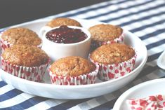 Pohankové muffiny servírované s malinovou marmeládou