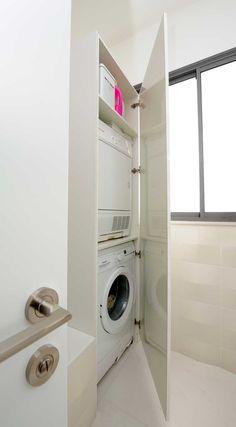 מתחילים מחדש: דירה מעוצבת בגוונים בהירים | בניין ודיור ארון שמחליף מרפסת שרות. עם דלת ומדף ביניים. Laundry Closet, Laundry Room, Small Room Bedroom, Small Rooms, Bedroom Ideas, Decorative Floor Lamps, Home Organisation, Bathroom Toilets, Bathroom Layout