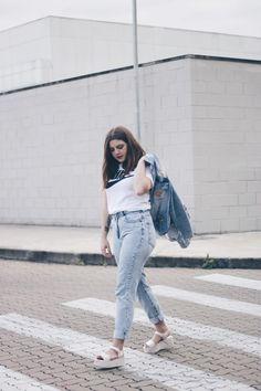 Look simples e all jeans, naquele estilo minimalista e confortável que eu amo! Tem muitos patches no jeans, deixando tudo mais divertido e ainda a Melissa Mar mais fofa e linda desse mundo! Ela é marmorizada e tem a cor do ano: rosé quartz <3