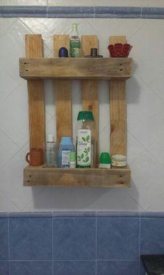 Con un trozo de palet...una estanteria para el baño.