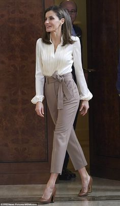 Queen Letizia of Spain Photos - Queen Letizia of Spain attends several audiences at the Zarzuela Palace on January 2018 in Madrid, Spain. - Queen Letizia of Spain Attend Audiences at Zarzuela Palace Casual Work Outfits, Mode Outfits, Classy Outfits, Chic Outfits, Formal Outfits, Summer Outfits, Office Outfit Summer, Office Outfits Women Casual, Summer Business Casual Outfits