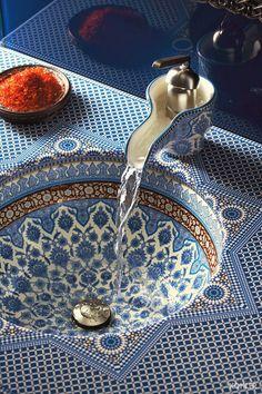 Blue - Azul - moroccan sink - lavatório marroquino - azulejos