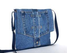 Diese Crossbody Tasche hat eine einzigartige Form. Ich habe es aus mehreren Stücken von recycelten Jeans. Vorder- und Rückseite haben völlig verschiedene Designs. Es hat eine v-förmige Öffnung und eine Kurve und breitere Basis. Diese Tasche ist vollständig mit einem dunklen blau Polyester Stoff gefüttert. Freuen Sie sich auf der Rückseite und Vorderseite 4 Außentaschen und eine Innentasche. Eine magnetische Snap hält die Öffnung geschlossen. Nackenband mit Halterung können Sie es über die…