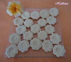 """As salamu aleikoum, je vous présente de savoureux biscuits au citron, ils sont très fondants et léger! C'est une recette du livre """"Les Petits Fours Economiques"""". Les Ingrédients: - 2 oeufs - 200 g de sucre glace - 2 c à s de vanille en poudre - 1 sachet..."""