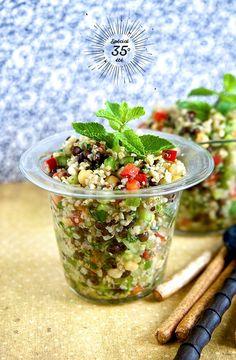 1 concombre - 1 poivron vert - 1 poivron rouge - 3 tomates - 250 g de pois chiches (cuits) - 500 g d'un mélange lentilles/quinoa/boulgour - 1 petit bouquet de menthe - 1 petit oignon - 1 petit bouquet de coriandre - huile d'olive - sel et mélange 5 baies