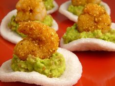 Prawn chip with guacamole. No Cook Appetizers, Finger Food Appetizers, Appetizers For Party, Guacamole, Tapas Spain, Mexican Food Recipes, Healthy Recipes, Snacks Für Party, Creative Food