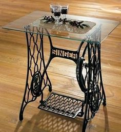 45 Best Recycling Old Sewing Machine DIY & Craft Ideas - Elevatedroom Old Sewing Machine Table, Treadle Sewing Machines, Antique Sewing Machines, Singer Table, Singer Sewing Tables, Furniture Makeover, Diy Furniture, Antique Furniture, Dream Furniture