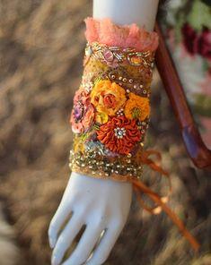 Palais du soleilgauntlet BOLD brodée manchette par FleursBoheme