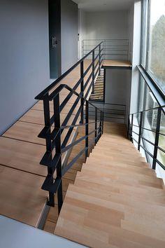 28 Best ideas for white stairs metal stairways Modern Stair Railing, Metal Railings, Stair Handrail, Staircase Railings, Modern Stairs, Railing Design, Staircase Design, Stairways, Stair Design