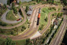Bachmann Liliput H0 Modellbahn Schauanlage N Scale Model Trains, Model Train Layouts, Scale Models, Train Miniature, Train Table, Ho Trains, Train Car, Railroad Tracks, Diorama