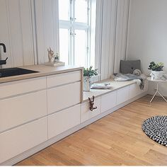 Goodmorning World ☀️ how about waking up to a cosy kitchen spot like this? Check out more of @columbiaventer inspirering home #manobykvik #kitchenspot #sunshine #sofalike #interior #styling #kitchen #cosy #cool #totallywantthis
