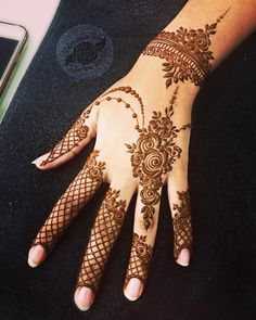 Mehndi is something that every girl want. Arabic mehndi design is another beautiful mehndi design. We will show Arabic Mehndi Designs. Pretty Henna Designs, Back Hand Mehndi Designs, Finger Henna Designs, Simple Arabic Mehndi Designs, Mehndi Designs For Girls, Mehndi Designs For Beginners, Modern Mehndi Designs, Mehndi Design Pictures, Mehndi Designs For Fingers