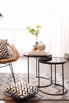 Charmant Helles Wohnzimmer Mit Hübschem Glas Beistelltisch Und Kugelvase. Eine  Hübsche Leseecke!